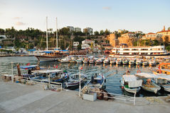 Botes pequeños en un puerto de Antalya, Turquía Imagen de archivo