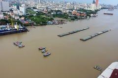 Botes pequeños que arrastran un barco grande en Chao Praya River, Bangkok CIT Imagen de archivo libre de regalías