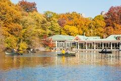 Botes pequeños que montan de la gente en un lago en Central Park Fotos de archivo