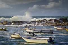 Botes pequeños en el mar agitado Fotografía de archivo libre de regalías