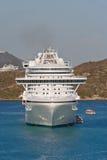 Botes salvavidas que cargan del barco de cruceros blanco Imagen de archivo