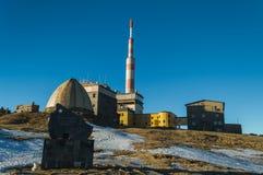Botev máximo, el pico más alto de las montañas del planina de Stara en la puesta del sol imagenes de archivo