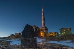Botev máximo, el pico más alto de las montañas del planina de Stara en la puesta del sol foto de archivo