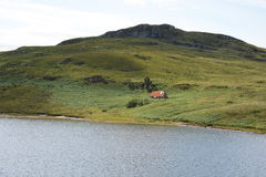 Bothy abandonné au-dessous de colline Photographie stock