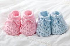 Botines azules y rosados del bebé Imagen de archivo libre de regalías