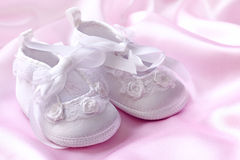 Botines blancos del bebé Imagenes de archivo