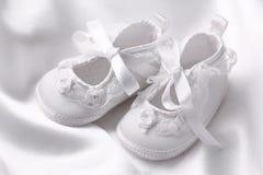 Botines blancos del bebé imagen de archivo