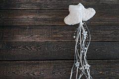 Botines calientes blancos del bebé en un fondo oscuro, Año Nuevo, la Navidad Imágenes de archivo libres de regalías