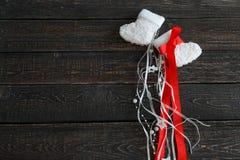 Botines calientes blancos del bebé en un fondo oscuro, Año Nuevo, la Navidad Fotos de archivo libres de regalías