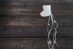 Botines calientes blancos del bebé en un fondo oscuro, Año Nuevo, la Navidad Fotografía de archivo