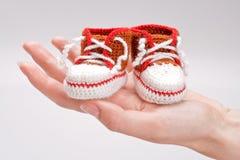 Botines Crocheted para un muchacho Fotos de archivo libres de regalías