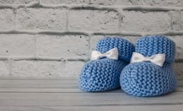 Botines del bebé azul en la foto común del fondo de madera fotos de archivo libres de regalías