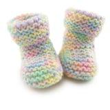 Botines del bebé en yarda coloreada multi Imágenes de archivo libres de regalías