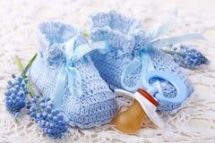 Botines hechos a mano del bebé azul Imágenes de archivo libres de regalías
