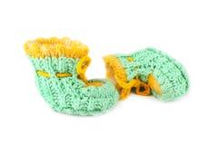 Botines hechos punto verde del bebé Imágenes de archivo libres de regalías