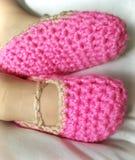 Botines rosados del bebé del ganchillo Imagen de archivo