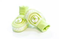 Botines verdes del bebé con los puntos Foto de archivo
