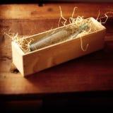 Botle in houten doos stock fotografie