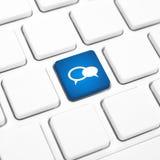 Botón azul o llave del negocio del concepto del icono social del globo en un teclado Foto de archivo libre de regalías