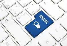 Botón azul o llave social del icono del texto y del globo del concepto del negocio en un teclado Fotografía de archivo libre de regalías