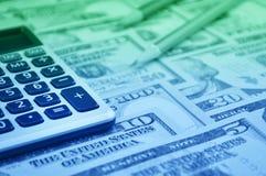 Botón de la calculadora más y lápiz en el dinero del billete de banco del dólar, aleta Imagen de archivo