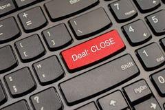 Botón del teclado del trato del cierre del rojo Fotografía de archivo libre de regalías