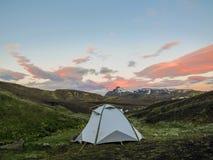 Botnar-Ermstur露营地和日落在火山的风景,Laugavegur足迹上从Thorsmork向兰德曼纳劳卡,Higlands  库存照片