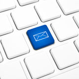 Botão azul ou chave do conceito do negócio do correio da Web no teclado branco Fotos de Stock Royalty Free