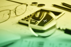 Botão da calculadora mais e lupa no backg do papel de gráfico Imagem de Stock Royalty Free