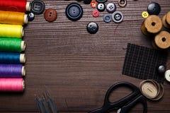 Botones, agujas y cuerdas de rosca multicoloras Fotos de archivo libres de regalías