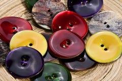 Botones coloreados hechos de conchas marinas Fotografía de archivo