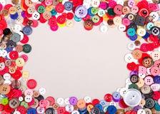 Botones coloreados multi en tela Fotos de archivo libres de regalías