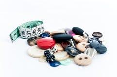 Cinta métrica y botones coloridos Imagen de archivo