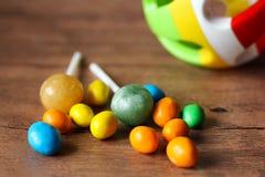 Botones coloridos del chocolate y bola plástica Imagenes de archivo
