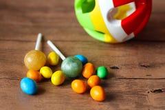 Botones coloridos del chocolate y bola plástica Foto de archivo