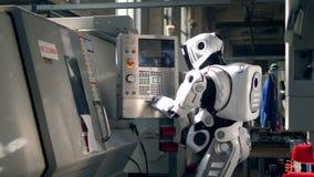 Botones de empujes blancos del droid en una máquina en una fábrica metrajes