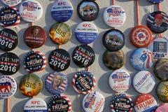 Botones de la campaña para el candidato presidencial Donald Trump Cam del GOP Imágenes de archivo libres de regalías