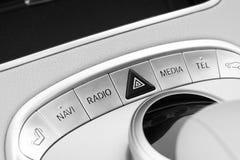 Botones de los medios y del control de exploración de un coche moderno Detalles del interior del coche Interior del cuero blanco  Fotos de archivo libres de regalías