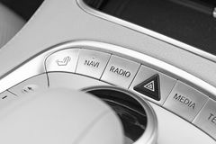 Botones de los medios y del control de exploración de un coche moderno Detalles del interior del coche Interior del cuero blanco  Imagen de archivo libre de regalías