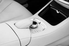 Botones de los medios y del control de exploración de un coche moderno Detalles del interior del coche Interior del cuero blanco  Imágenes de archivo libres de regalías