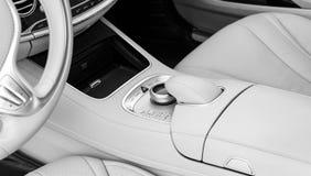 Botones de los medios y del control de exploración de un coche moderno Detalles del interior del coche Interior del cuero blanco  Imagenes de archivo