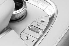 Botones de los medios y del control de exploración de un coche moderno Detalles del interior del coche Interior del cuero blanco  Fotos de archivo