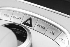 Botones de los medios y del control de exploración de un coche moderno Detalles del interior del coche Interior del cuero blanco  Fotografía de archivo libre de regalías