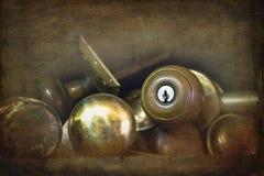 Botones de puerta de cobre amarillo viejos Foto de archivo libre de regalías