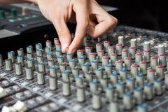 Botones de torneado de la mano del hombre del mezclador audio imágenes de archivo libres de regalías