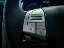 Botones del control del audio para el automóvil en el volante fotos de archivo libres de regalías