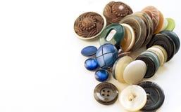 Botones del diversos tamaño, forma y color aislados en blanco Imagen de archivo libre de regalías
