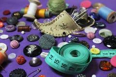 Botones del hilo de la aguja en un fondo hermoso fotografía de archivo