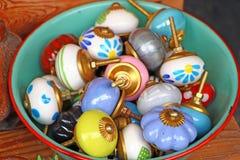Botones del tirón del cajón Manijas de los muebles de la porcelana Fotografía de archivo