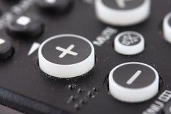 Botones del control de volumen en el telecontrol de la TV Imagenes de archivo